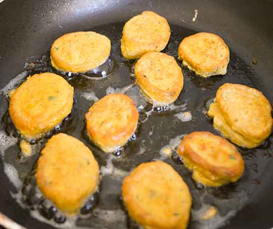 Frying-chickepea-balls